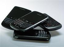"""Смартфоны Blackberry компании Research in Motion в Берлине, 13 октября 2011 г. Компания Research in Motion (RIM) выпускает, по ее словам, """"самый доступный"""" смартфон BlackBerry в Индии в среду, что стало новым решительным шагом на одном из ее развивающихся рынков. REUTERS/Michael Dalder"""
