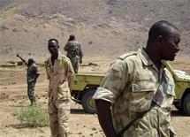Солдаты в районе границы между Суданом и Южным Суданом 12 апреля 2012. Судан и отколовшийся от него Южный Судан возложили друг на друга вину за столкновение во вторник на зыбкой границе, что усилило опасения по поводу возобновления масштабных военных действий в богатом нефтью регионе. REUTERS/Alexander Dziadosz