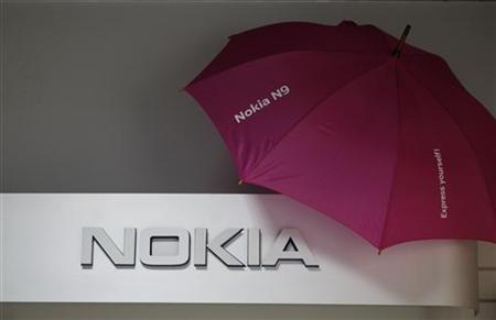 Picture shows a Nokia logo at a shop in Warsaw, January 26, 2012. Nokia, the world's largest cellphone maker by volume, reported better-than-expected quarterly core earnings, although they fell 73 percent as its new Windows Phones failed to compensate for diving sales of its legacy smartphones. REUTERS/Kacper Pempel
