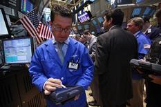 Трейдеры на Нью-Йоркской фондовой бирже 18 апреля 2012 года. Американские фондовые рынки снижаются в начале торгов. REUTERS/Brendan McDermid