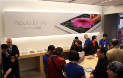 Consumidores olham o novo iPad na loja modelo da Apple em São Francisco, Califórnia. 16/03/2012 REUTERS/Robert Galbraith