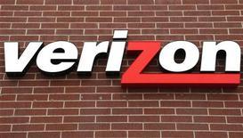 Логотип компании Verizon на здании магазина в Вестминстере, 27 апреля 2009 г. Прибыль и продажи американской телекоммуникационной компании Verizon Communications Inc в первом квартале 2012 года оказались лучше ожиданий Уолл-стрит за счет роста спроса на услуги, такие как беспроводной интернет. REUTERS/Rick Wilking