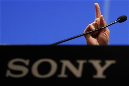 The right hand of Sony Corp's new President and Chief Executive Officer Kazuo Hirai is seen above the company's logo during a news conference at the company headquarters in Tokyo April 12, 2012. REUTERS/Yuriko Nakao