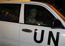 Автомобиль с наблюдателями ООН в Дамаске 17 апреля 2012 года. Сирия и ООН подписали в четверг соглашение о наблюдательной миссии, которое создает документальную базу для увеличения численности международных наблюдателей, следящих за соблюдением перемирия между силами президента Башара Асада и повстанцами. REUTERS/Khaled al- Hariri