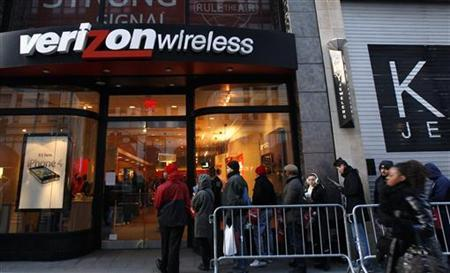 Customers wait in line outside a Verizon Wireless store in New York, February 10, 2011. REUTERS/Mike Segar