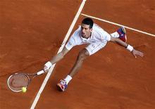 Novak Djokovic da Sérvia retorna a bola a Alexandr Dolgopolov da Ucrânia durante o Monte Carlo Masters em Mônaco, 19 de abril de 2012. REUTERS/Eric Gaillard