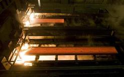 Цех металлургического завода в казахском Темиртау, 7 декабря 2009 года. Иностранные инвесторы металлургической отрасли Казахстана пожаловались на бюрократизм властей в горнорудном секторе, указав на неповоротливость государственной системы и размытые процедуры. Правительство, в свою очередь, пообещало упростить бюрократическую машину. REUTERS/Shamil Zhumatov