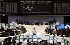 Торговый зал Франкфуртской фондовой биржи, 19 апреля 2012 года. Европейские рынки акций открылись снижением котировок из-за опасений по поводу роста мировой экономики, результата выборов во Франции и способности Испании поправить финансовое положение. REUTERS/Remote/Michael Leckel