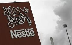 Логотип Nestle около фабрики в Орбе, 20 апреля 2012 года. Крупнейший в мире производитель пищевых продуктов Nestle увеличил органическую выручку на 7,2 процента в первом квартале 2012 года благодаря спросу на развивающихся рынках и повышению цен, компенсировавшему слабый рост на традиционных площадках. REUTERS/Joao Vieria