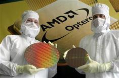 <p>Le titre AMD (Advanced Micro Devices) figure au rang des valeurs à suivre ce vendredi sur les marchés américains. Le fabricant de micro-processeurs, qui a annoncé jeudi un bénéfice supérieur au consensus au premier trimestre en dépit d'un marché du PC qui reste terne, anticipe un chiffre d'affaires supérieur aux attentes. /Photo d'archives/REUTERS</p>