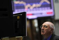 Трейдер смотрит на экран в зале фондовой биржи в Мадриде, 19 апреля 2012 г. Европейские рынки акций растут, так как повышение акций банковского сектора компенсирует потери технологических и энергетических компаний. REUTERS/Susana Vera