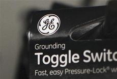 Логотип компании General Electric на упаковке переключателя в Нью-Йорке, 18 января 2012 г. Квартальная прибыль General Electric Co оказалась выше прогнозов аналитиков благодаря сильным продажам реактивных двигателей и энергетического оборудования, сообщила компания. REUTERS/Shannon Stapleton