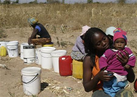 Women queue to fetch water from a well in Bulawayo August 21, 2007. REUTERS/Emmanuel Chitate