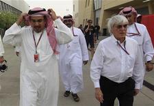 O chefe comercial da Fórmula 1, Bernie Ecclestone, (segundo à direita) caminha com o príncipe do Barein, Hamad al-Khalifa (esquerda) e uma delegação do governo após a segunda sessão de trino do Grande Prêmio de Barein no circuito de Sakhir, em Manama, 20 de abril de 2012. REUTERS/Ahmed Jadallah