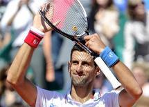 Djokovic reage após derrotar Haase durante partida das quartas de final do Masters de Monte Carlo em Mônaco. O tenista número um do mundo Novak Djokovic chegou à final do Masters de Monte Carlo ao reagir e derrotar o sexto do ranking Tomas Berdych, da República Tcheca, por 4-6, 6-3 e 6-2 no sábado. 20/04/2012   REUTERS/Olivier Anrigo