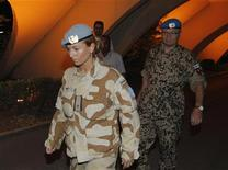 Los soldados sirios tomaron por asalto el domingo una localidad al este de Damasco y los rebeldes bombardearon un convoy militar en el norte del país mientras el mediador internacional Kofi Annan urgía a ambas partes a trabajar con el equipo ampliado de observadores del alto el fuego de Naciones Unidas. En la imagen, miembros del primer equipo de observadores de la ONU regresan a un hotel en Damasco después de una visita a la ciudad de Homs donde hay protestas contra el régimen del presidente sirio Bashar el Asad, el 21 de abril de 2012. REUTERS/Khaled al- Hariri