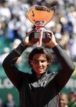 Nadal posa com troféu após vencer a final do Masters de Monte Carlos em Mônaco. Rafael Nadal conquistou seu oitavo título consecutivo no Masters de Monte Carlo e encerrou uma sequência de sete derrotas para Novak Djokovic com uma vitória enfática por 6-3 e 6-1, neste domingo. 22/04/2012       REUTERS/Olivier Anrigo