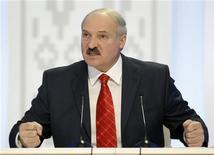 Президент Белоруссии Александр Лукашенко выступает на пресс-конференции в Минске, 20 декабря 2010 года. Белорусский президент Александр Лукашенко в субботу пригрозил вернуть в тюрьму помилованных им оппозиционных активистов, если те будут критиковать его режим, а вступившийся за них Запад не ослабит давление. REUTERS/Gleb Garanich