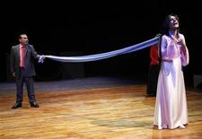 """Atores da Companhia de Teatro Iraqi representam cena de """"Romeu e Julieta"""" durante ensaios no teatro nacional de Bagdá. Um festival que reúne 37 companhias teatrais de todo o mundo apresentando 37 peças de Shakespeare em diferentes línguas começou nesta segunda-feira em Londres, no teatro Globe, com uma versão no idioma maori de """"Troilus e Cressida"""". Foto de arquivo. 16/04/2012   REUTERS/Thaier al-Sudani"""