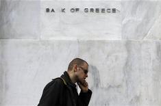 Мужчина проходит мимо Банка Греции в Афинах, 6 апреля 2011 года. Экономика Греции сократится на пять процентов в этом году, то есть сильнее прогнозов, сообщил глава Центробанка страны, выступая перед акционерами банка во вторник. REUTERS/John Kolesidis