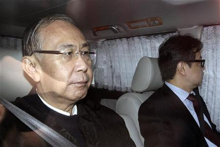 Former Hong Kong Chief Secretary Rafael Hui (L) leaves the Independent Commission Against Corruption (ICAC) headquarters in Hong Kong April 10, 2012. REUTERS/Stringer