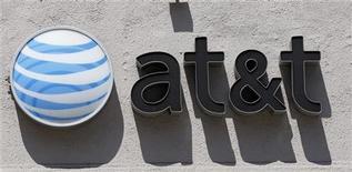 Логотип At&T на стене магазина в Беверли-Хиллс, штат Калифорния, 31 августа 2011 года. Чистая прибыль AT&T Inc в первом квартале 2012 года выросла в годовом исчислении благодаря сокращению субсидируемых компанией продаж смартфонов iPhone. REUTERS/Danny Moloshok
