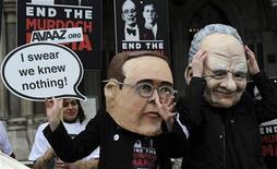 Manifestantes vestidos como James (E) e Rupert Murdoch protestam do lado de fora da Alta Corte em Londres. O executivo culpou seus subordinados por não terem lhe informado de ilegalidades praticadas na época em que ele supervisionava os jornais britânicos do grupo News Corp. 24/04/2012  REUTERS/Paul Hackett