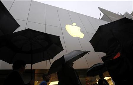 Customers enter the Apple flagship retail store to purchase the new iPad in San Francisco, California March 16, 2012. REUTERS/Robert Galbraith/Files