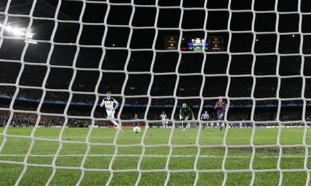 Chelsea's Fernando Torres (L) scores against Barcelona during their Champions League semi-final second leg soccer match at Camp Nou stadium in Barcelona April 24, 2012. REUTERS/Stefan Wermuth