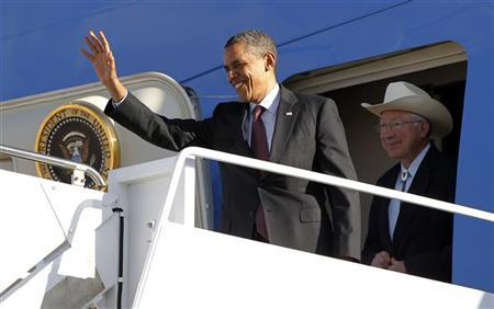 U.S. President Barack Obama arrives in Roswell, New Mexico, with Secretary of the Interior Ken Salazar, March 21, 2012. Obama is graveling to Nevada, New Mexico, Oklahoma and Ohio for events on his energy initiative. REUTERS/Jason Reed