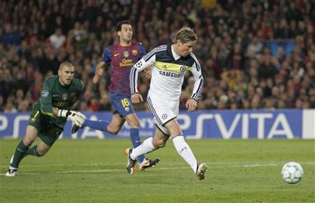 Chelsea's Fernando Torres (R) shoots to score past Barcelona's goalkeeper Victor Valdes (L) during their Champions League semi-final second leg soccer match at Camp Nou stadium in Barcelona April 24, 2012. REUTERS/Stefan Wermuth