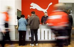 Акционеры Puma прибывают на ежегодное собрание в Нюрнберге 22 апреля 2008 года. Замедление спроса в Европе отрицательно сказалось на показателях производителя спортивной одежды Puma, не позволив им достичь уровней, ожидаемых рынками. REUTERS/Michaela Rehle