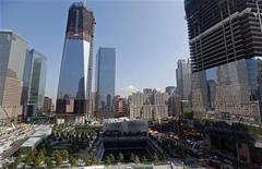 Мемориал Всемирного торгового центра в Нью-Йорке, 12 сентября 2011 года. Всемирный торговый центр 1, строящийся на месте разрушенных в 2001 году башен-близнецов, может уже на следующей неделе отобрать у Эмпайр-стейт-билдинг статус самого высокого здания в Нью-Йорке, рассказал глава Портового управления Нью-Йорка и Нью-Джерси. REUTERS/Jim Young