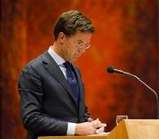 Премьер-министр Нидерландов Марк Рютте в голландском парламенте в Гааге, 24 апреля 2012 г. Нидерланды назначили правительственные выборы на 12 сентября 2012 года, открыв дорогу нескольким месяцам политической и экономической неопределенности после раскола в правительстве страны из-за разногласий касательно бюджетных сокращений, необходимых для выполнения строгих правил Евросоюза. REUTERS/Robin van Lonkhuijsen