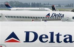 Самолеты Delta Air Lines Inc в Национальном аэропорту Рональда Рейгана, 10 мая 2005 г. Авиакомпания Delta Air Lines Inc получила операционный убыток в размере 5 центов на акцию в первом квартале 2012 года на фоне роста издержек, связанных, прежде всего, с ростом цен на горючее.  REUTERS/Larry Downing