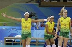 Paula Pequeno (4) comemora após vitória do Brasil na final da Olimpíada de Pequim contra os EUA em 23 de agosto de 2008. REUTERS/Alexander Demianchuk (CHINA)