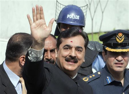 Pakistan's Prime Minister Yusuf Raza Gilani waves after arriving at the Supreme Court in Islamabad April 26, 2012. REUTERS/Faisal Mahmood