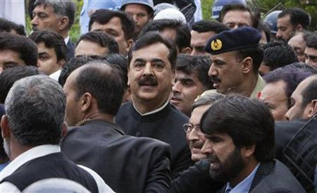 Pakistan's Prime Minister Yusuf Raza Gilani leaves Supreme Court building in Islamabad April 26, 2012. REUTERS/Faisal Mahmood