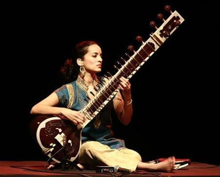 Indian artiste Anoushka Shankar, daughter of sitar player Ravi Shankar, performs in the eastern Indian city of Kolkata February 8, 2009. REUTERS/Jayanta Shaw