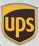 Логотип UPS на здании предприятия United Parcel Service в Ходжкинсе, 16 декабря 2010 г. United Parcel Service увеличила прибыль в первом квартале 2012 года, однако не оправдала прогноз аналитиков из-за низкой маржинальности роста спроса в США и слабости рынка в Азии. REUTERS/Frank Polich