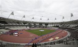 <p>Imagen de archivo de un grupo de espectadores al interior del estadio olímpico de Londres, mar 31 2012. La alineación definitiva para el festival Londres 2012 fue anunciada el jueves, de cara a unos 12.000 eventos que se desarrollarán en todo el Reino Unido como parte de una gran celebración cultural organizada para coincidir con los Juegos Olímpicos de este año. REUTERS/Olivia Harris</p>