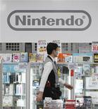 Funcionário caminha em frente ao logo da Nintendo em loja de eletrônicos de Tóquio. A Nintendo voltará a ter lucro neste ano ajudada pela desvalorização do iene, afirmou a companhia nesta quinta-feira, quando anunciou seu primeiro prejuízo operacional anual, resultado de menores vendas do console Wii e do portátil 3DS. Foto de arquivo. 26/01/2012 REUTERS/Toru Hanai