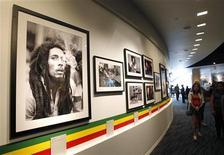 """Visitantes caminham em frente a fotografias da exposição """"Bob Marley, Mensageiro"""" no Museu do Grammy em Los Angeles, 11 de maio de 2011. Um novo documentário fala sobre a vida de Marley, dirigido por Kevin MacDonald. REUTERS/Mario Anzuoni"""
