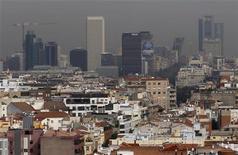 Вид на финансовый район Мадрида 19 октября 2011 года. Агентство Standard & Poor's в четверг сократило кредитный рейтинг Испании на две ступени, так как ожидает, что ситуация с государственными финансами ухудшится даже сильнее, чем думали раньше, в результате сокращения экономики и проблем в банковском секторе. REUTERS/Andrea Comas