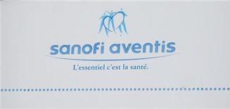 Логотип Sanofi-Aventis на фасаде штаб-квартиры компании в Париже 4 августа 2010 года. Прибыль Sanofi может упасть на 15 процентов по итогам 2012 года из-за появления дешевых копий лекарств компании, потерявших патентную защиту. REUTERS/John Schults