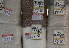 Сахар и крупы на витрине ларька в Москве 12 марта 2012 года. рупнейший российский производитель сахара, агрохолдинг Русагро получил за 2011 год 3,092 миллиарда рублей скорректированной чистой прибыли по МСФО, сократив этот показатель на 40 процентов, сообщила компания в четверг. REUTERS/Sergei Karpukhin