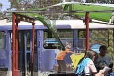 Люди на месте взрыва в Днепропетровске 27 апреля 2012 года. Около десятка человек получили ранения в результате срабатывания четырех взрывных устройств в центре Днепропетровска в пятницу, сообщили МВД и МЧС Украины. REUTERS/Stringer