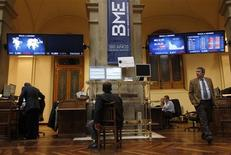 Traders look at computer screens at Madrid's bourse April 12, 2012. A jump in Italy's borrowing costs, reflecting growing concern about a revival of the euro zone debt crisis, put European shares and the single currency under pressure on Thursday. Italian officials have pointed the finger of blame at Spain, whose borrowing costs have soared since Prime Minister Mariano Rajoy ripped up a 2012 budget deficit target agreed with Brussels. REUTERS/Andrea Comas
