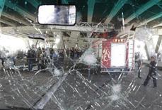 Лобовое стекло автобуса, поврежденное после взрыва бомбы в Дамаске 27 апреля 2012 года. Девять человек погибли и 28 ранены в результате взрыва смертника в центральном районе Дамаска в пятницу, сообщили сирийские государственные СМИ. REUTERS/Khaled al Hariri