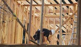 Рабочий на месте строительства жилого дома в Лос-Анджелесе 3 февраля 2012 года. Рост экономики США замедлился в первом квартале текущего года из-за того, что компании сократили инвестиции и восполняли запасы более умеренными темпами, однако, высокий спрос на автомобили поддержал экономику. REUTERS/Fred Prouser
